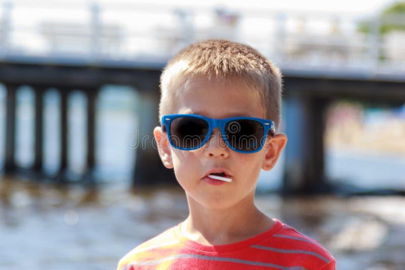 Πορτρέτο λίγου νέου παιδιού αγοριών εν πλω Καλοκαίρι στοκ εικόνα με δικαίωμα ελεύθερης χρήσης