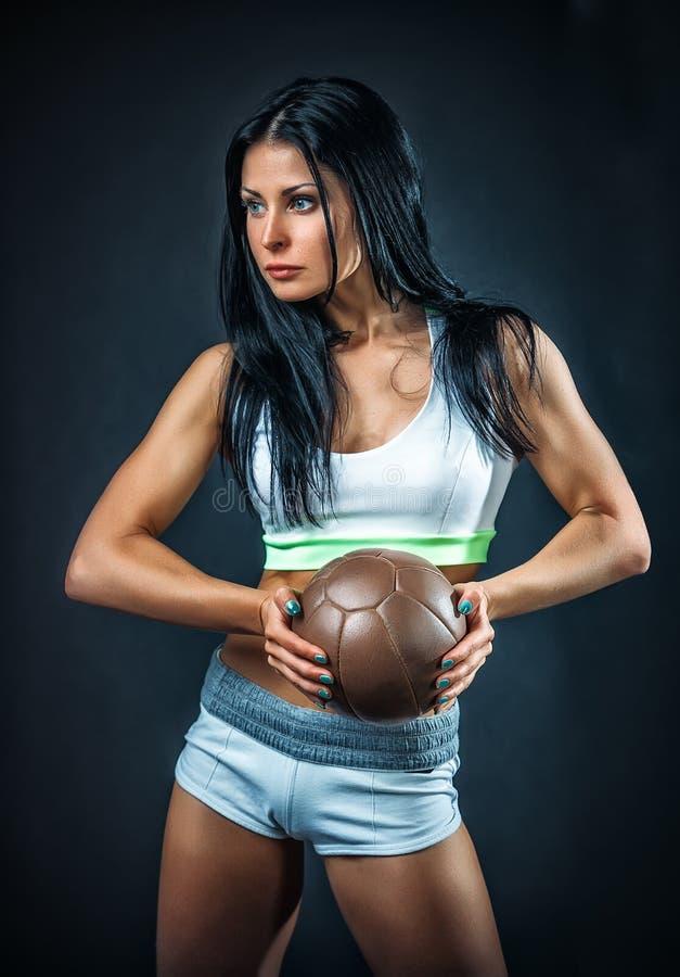 Πορτρέτο αθλητών γυναικών πέρα από το σκοτεινό υπόβαθρο στοκ εικόνες με δικαίωμα ελεύθερης χρήσης