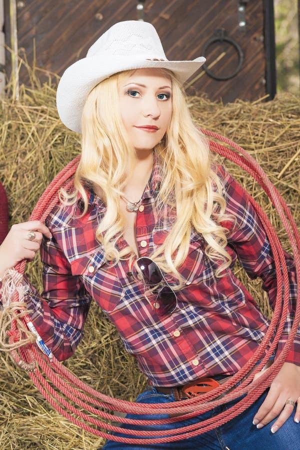 Πορτρέτο αισθησιακού καυκάσιου Cowgirl με το σχοινί λάσων στο αγρόκτημα στοκ εικόνες