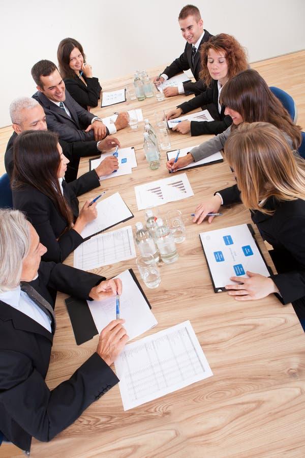 Πορτρέτο ανδρών και των γυναικών των σοβαρών επιχειρήσεων στοκ φωτογραφία