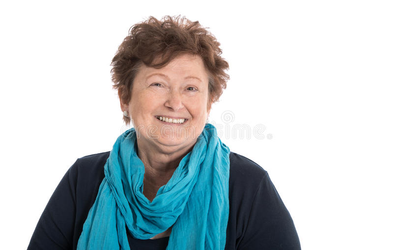 Πορτρέτο: Απομονωμένη ευτυχής γυναίκα συνταξιούχων που φορά το μπλε και το turquo στοκ φωτογραφίες