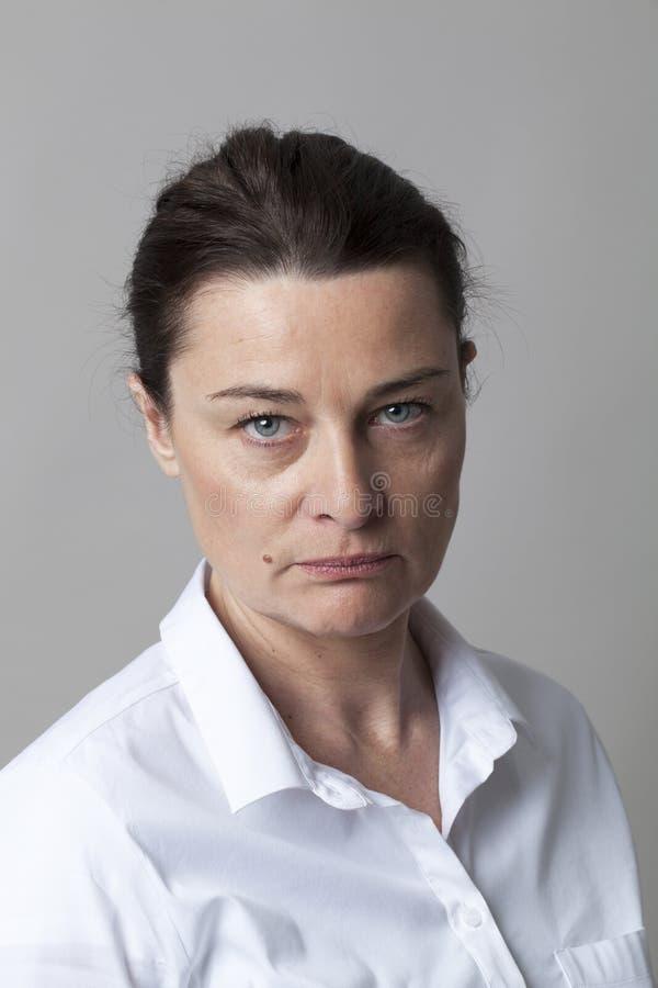 Πορτρέτο αυστηρό μέσο ηλικίας να ενεργήσει γυναικών όπως το δικαστή διανοητικό στοκ φωτογραφίες