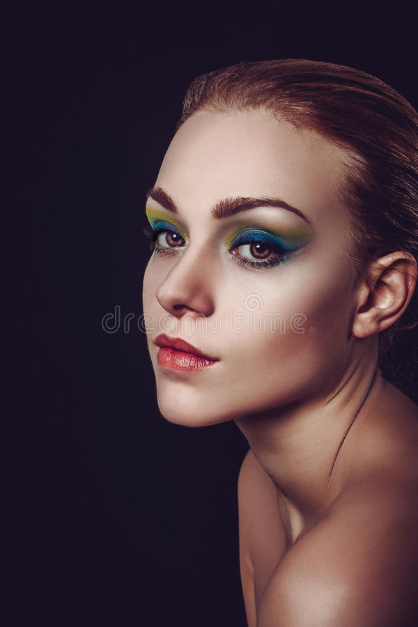 Πορτρέτο γοητείας μόδας του αρκετά νέου δημιουργικού makeup γυναικών στοκ εικόνες