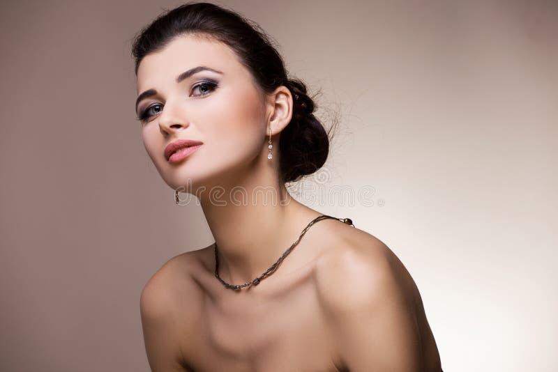 Πορτρέτο γυναικών με το κόσμημα accidence στοκ εικόνες