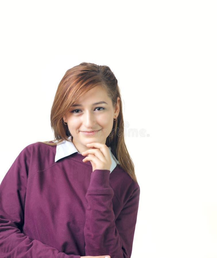 Πορτρέτο γυναικών χαμόγελου με το πορφυρό πουκάμισο που απομονώνεται στοκ εικόνα