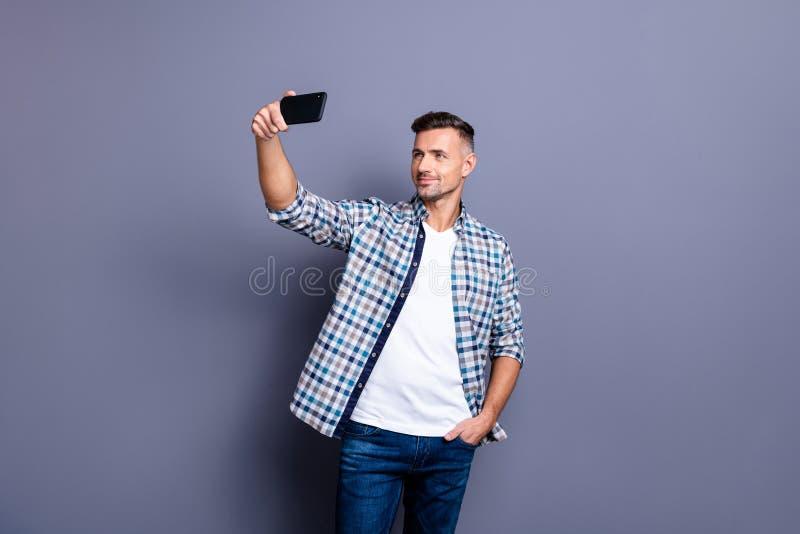 Πορτρέτο δικοί του αυτός συμπαθητικός ελκυστικός ικανοποιημένος εύθυμος χαρωπός γενειοφόρος γκρίζος-μαλλιαρός τύπος που φορά την  στοκ φωτογραφία με δικαίωμα ελεύθερης χρήσης