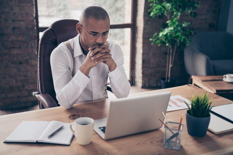 Πορτρέτο δικοί του συμπαθητικός πολυάσχολος συγκεντρωμένος τύπος κύριος προϊστάμενος προέδρου CEO που ερευνά τις πωλήσεις χρηματο στοκ εικόνες
