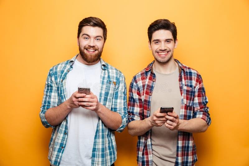 Πορτρέτο δύο ευτυχείς νεαροί άνδρες στοκ φωτογραφίες με δικαίωμα ελεύθερης χρήσης
