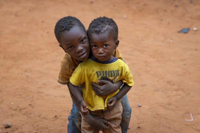 Πορτρέτο δύο νέων αγοριών στη γειτονιά Missira στην πόλη του Μπισσάου, Γουινέα-Μπισσάου στοκ φωτογραφία
