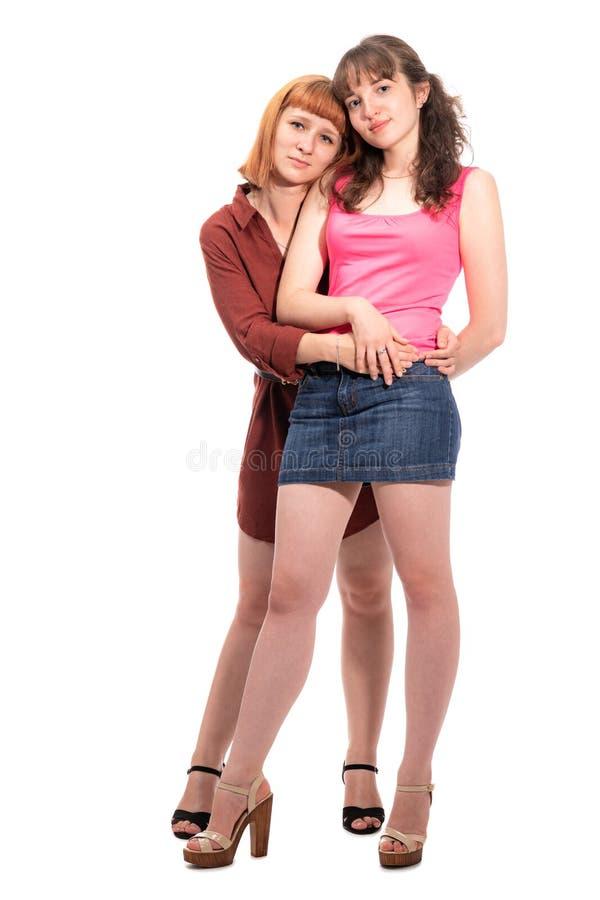 Πορτρέτο δύο που αγκαλιάζουν τις φίλες ή τις αδελφές στοκ εικόνες
