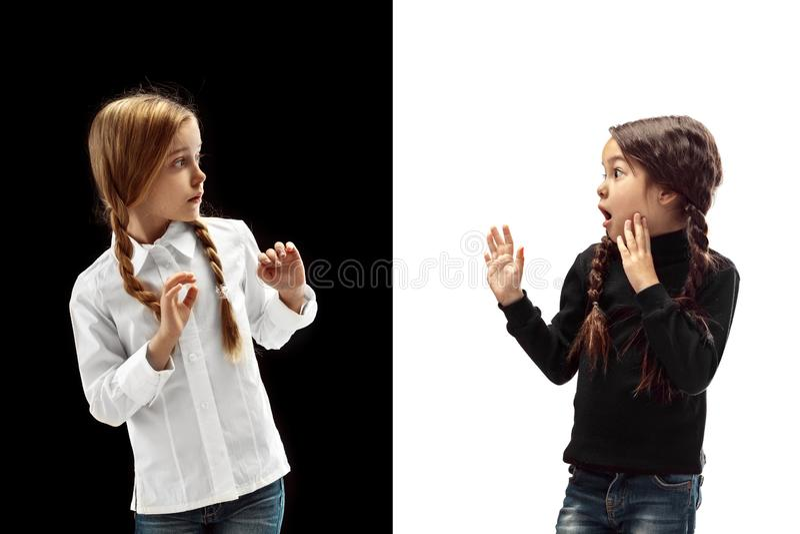 Πορτρέτο δύο φοβησμένων κοριτσιών σε ένα άσπρο και μαύρο υπόβαθρο στοκ φωτογραφίες με δικαίωμα ελεύθερης χρήσης