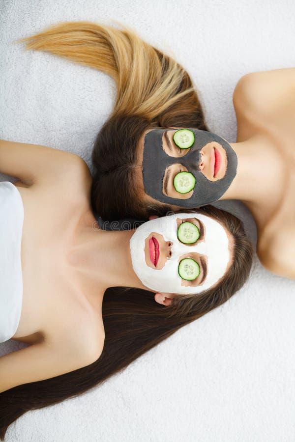 Πορτρέτο δύο όμορφων κοριτσιών με την του προσώπου κρέμα στα πρόσωπά τους στοκ φωτογραφία με δικαίωμα ελεύθερης χρήσης