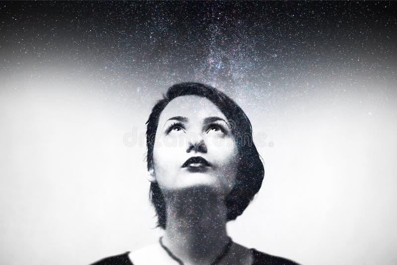 Πορτρέτο εντύπωσης της σύνθεσης νέων κοριτσιών με το νυχτερινό ουρανό στοκ εικόνες