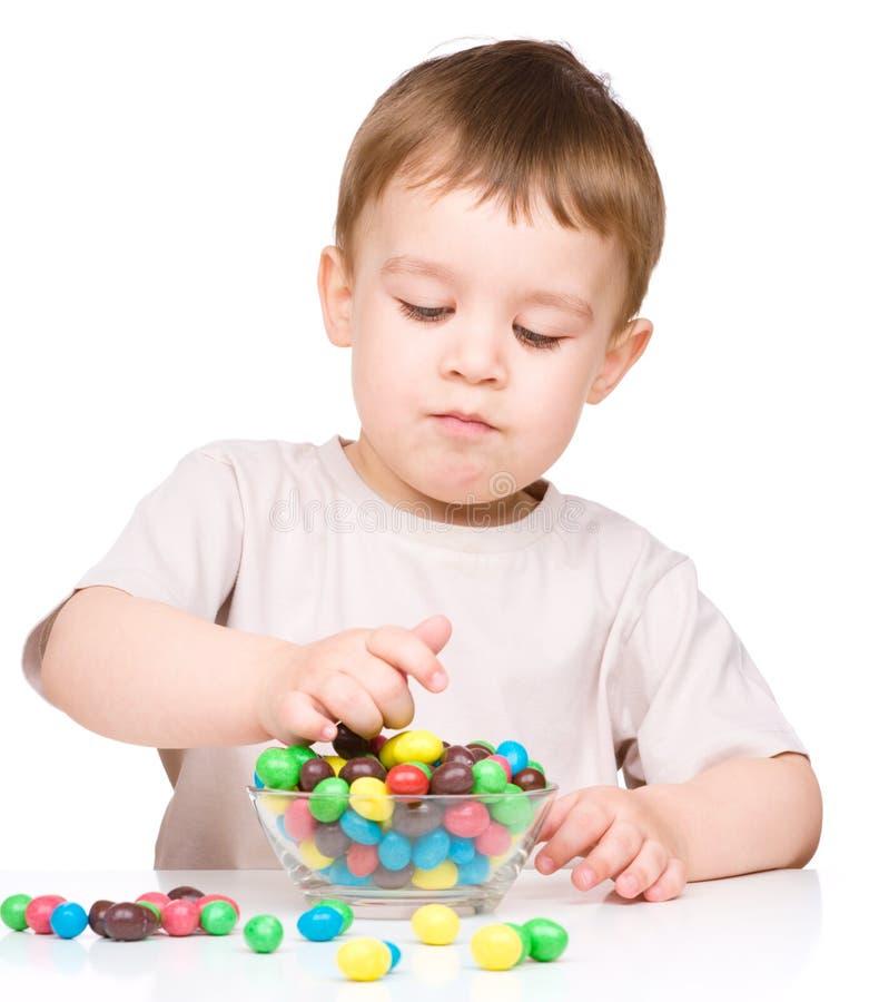 Πορτρέτο ενός αγοριού με τις καραμέλες στοκ φωτογραφίες με δικαίωμα ελεύθερης χρήσης