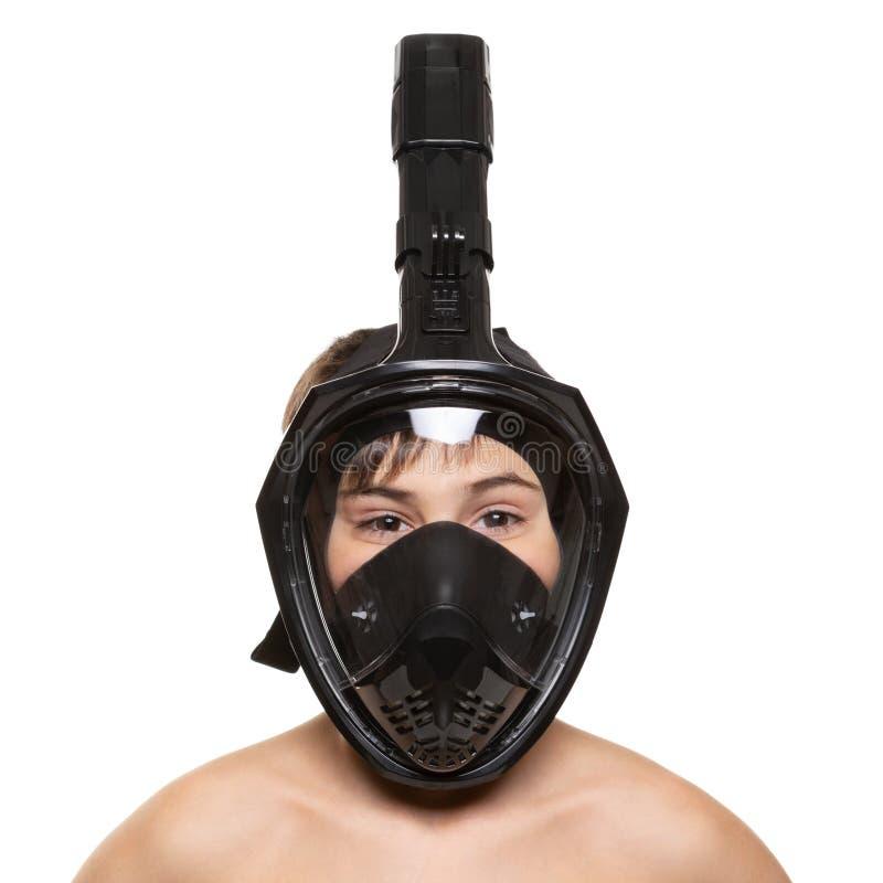 Πορτρέτο ενός αγοριού σε μια μαύρη μάσκα πλήρης-προσώπου για την κατάδυση, πυροβολισμός κινηματογραφήσεων σε πρώτο πλάνο, σε ένα  στοκ φωτογραφίες με δικαίωμα ελεύθερης χρήσης