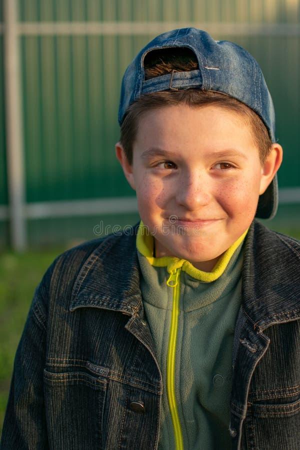 Πορτρέτο ενός αγοριού υπαίθρια, στο ηλιοβασίλεμα στοκ φωτογραφίες