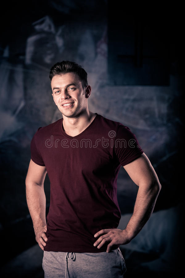 Πορτρέτο ενός αθλητικού ατόμου μετά από να κάνει τις ασκήσεις Χαμογελώντας νεαρός άνδρας στο χαμόγελο γυμναστικής στοκ εικόνα