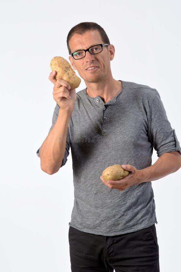 Πορτρέτο ενός ανθρώπου με πατάτες σε λευκό φόντο στοκ εικόνες με δικαίωμα ελεύθερης χρήσης