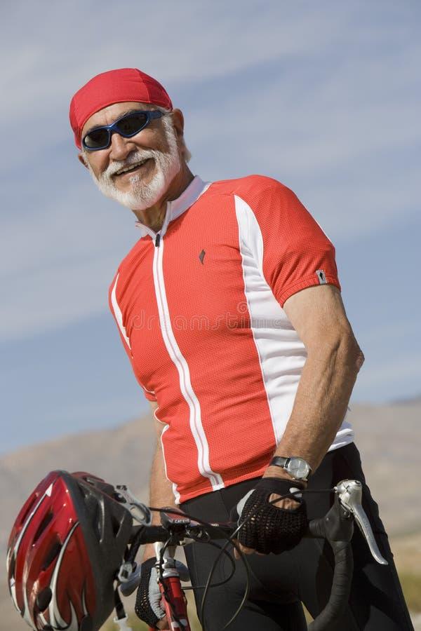 Πορτρέτο ενός ανώτερου ατόμου που υπερασπίζεται το ποδήλατο στοκ φωτογραφία με δικαίωμα ελεύθερης χρήσης