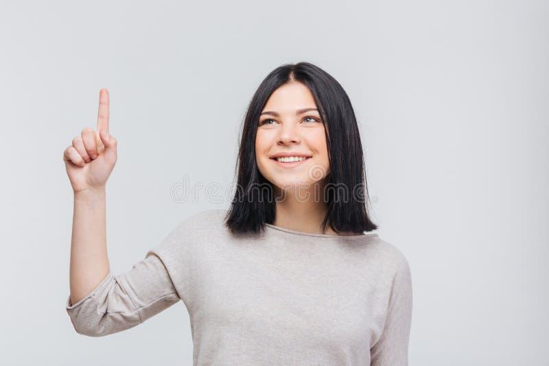 Πορτρέτο ενός αρκετά νέου κοριτσιού brunette που δείχνει το δάχτυλο επάνω στοκ φωτογραφία με δικαίωμα ελεύθερης χρήσης