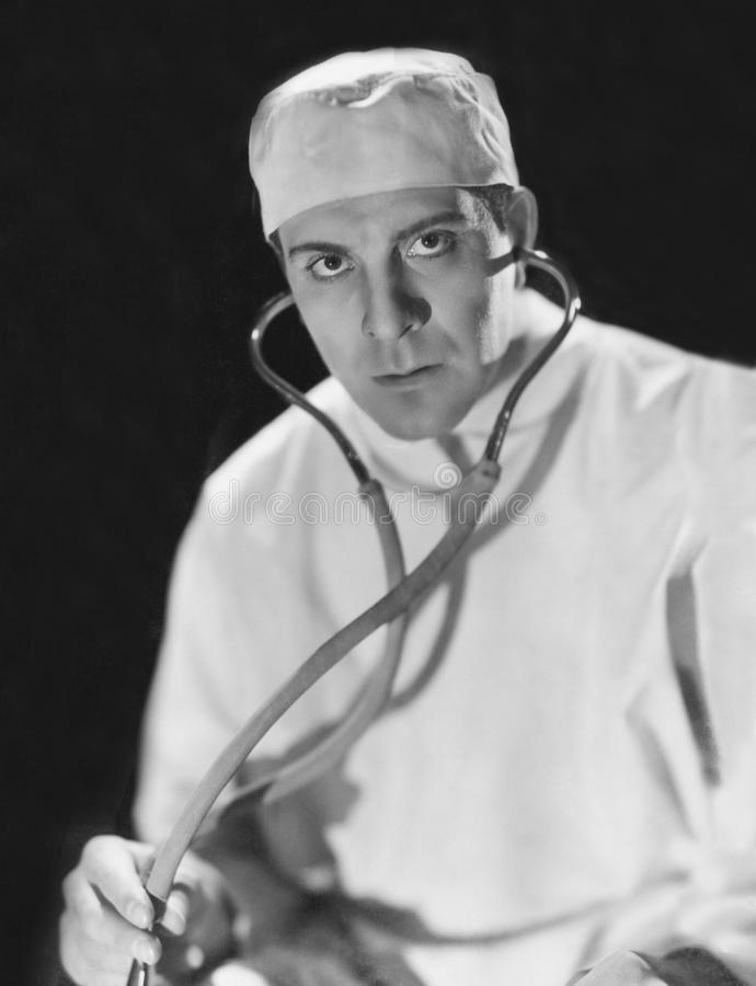 Πορτρέτο ενός αρσενικού γιατρού που κρατά ένα στηθοσκόπιο (όλα τα πρόσωπα που απεικονίζονται δεν ζουν περισσότερο και κανένα κτήμ στοκ εικόνες με δικαίωμα ελεύθερης χρήσης