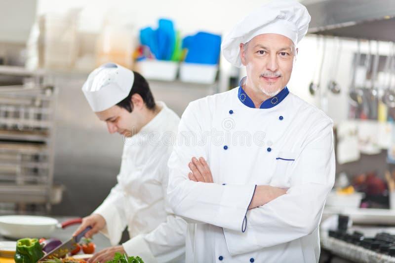 Πορτρέτο ενός αρχιμάγειρα στην κουζίνα του στοκ φωτογραφίες