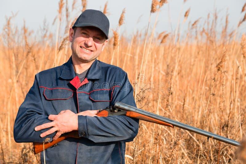 Πορτρέτο ενός ατόμου με ένα τουφέκι κυνηγιού στοκ εικόνα