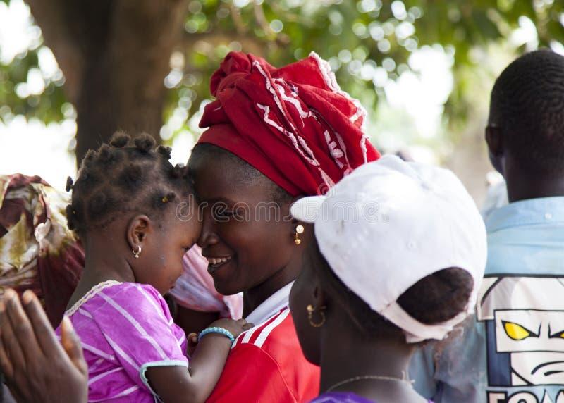 Download Πορτρέτο ενός αφρικανικού κοριτσιού με το παιδί της Εκδοτική Στοκ Εικόνες - εικόνα από γουινέα, νέος: 62706953