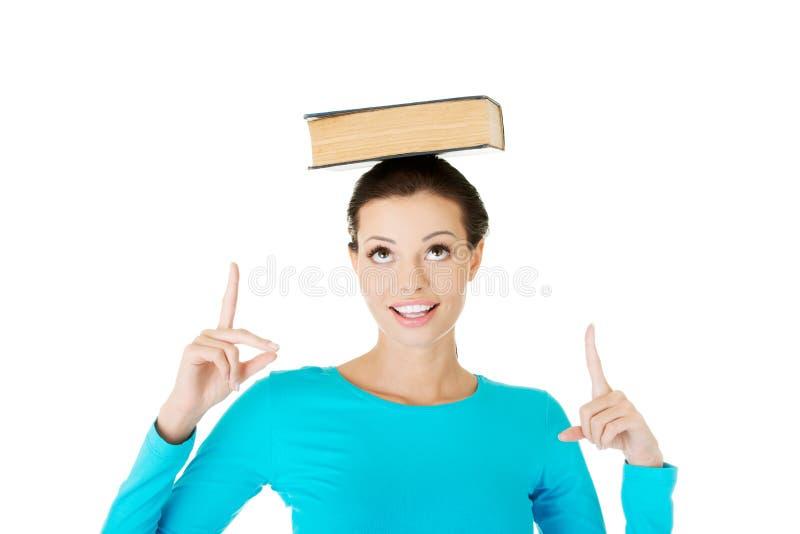 Πορτρέτο ενός βιβλίου εκμετάλλευσης γυναικών στο κεφάλι της στοκ εικόνες