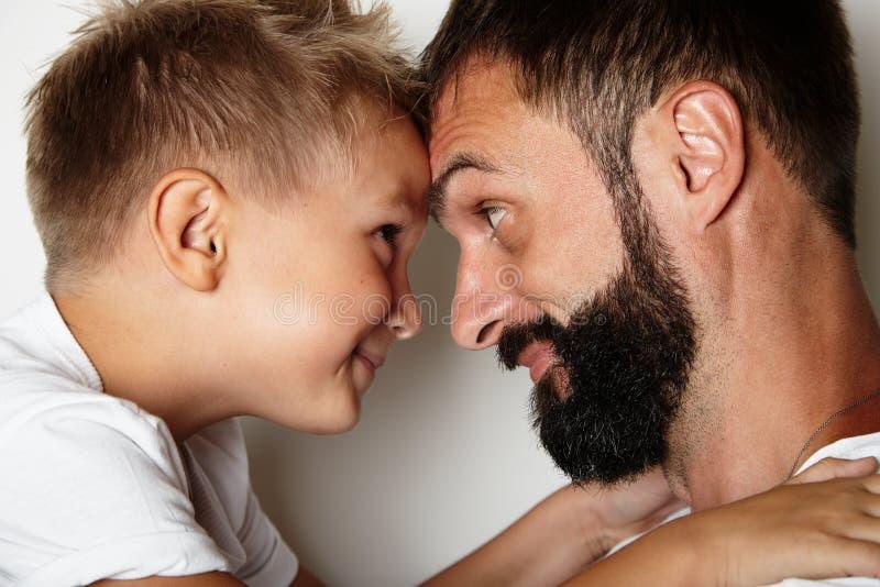 Πορτρέτο ενός γενειοφόρου ατόμου και ενός νέου χαριτωμένου αγοριού στοκ φωτογραφίες με δικαίωμα ελεύθερης χρήσης