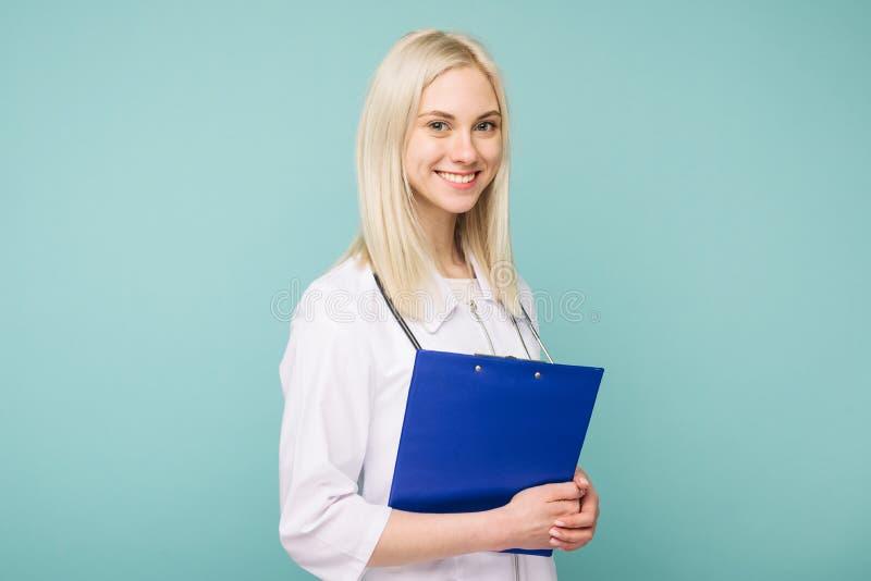 Πορτρέτο ενός ελκυστικού νέου θηλυκού γιατρού στο άσπρο παλτό στοκ φωτογραφία με δικαίωμα ελεύθερης χρήσης