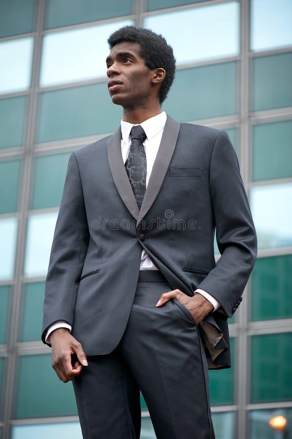 Πορτρέτο ενός επιχειρηματία αφροαμερικάνων που στέκεται υπαίθρια στοκ φωτογραφίες