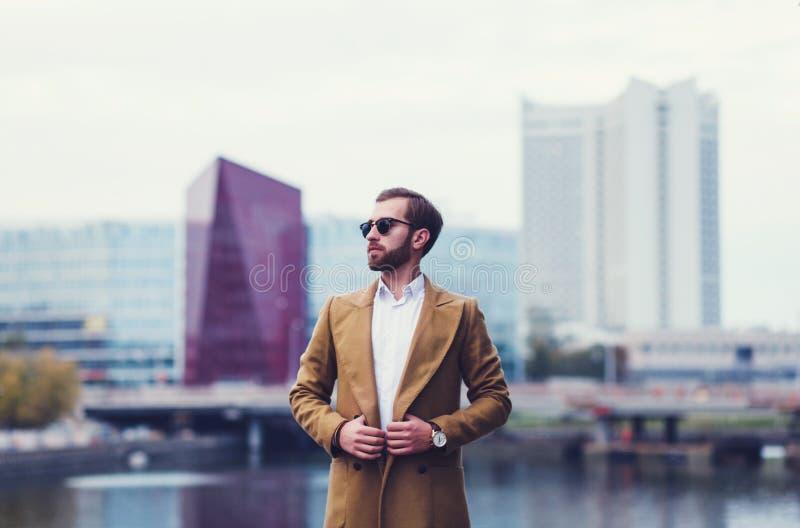 Πορτρέτο ενός επιχειρησιακού ατόμου σε ένα παλτό στοκ φωτογραφία με δικαίωμα ελεύθερης χρήσης