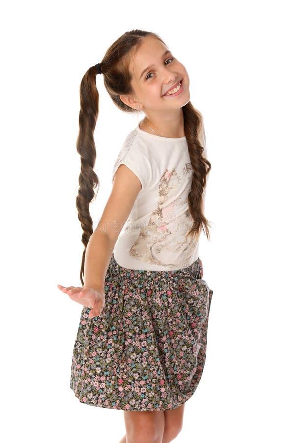 Πορτρέτο ενός ευτυχούς αρκετά νέου έφηβη 12 χρονών σε μια φούστα με τα γυμνά πόδια στοκ εικόνες με δικαίωμα ελεύθερης χρήσης