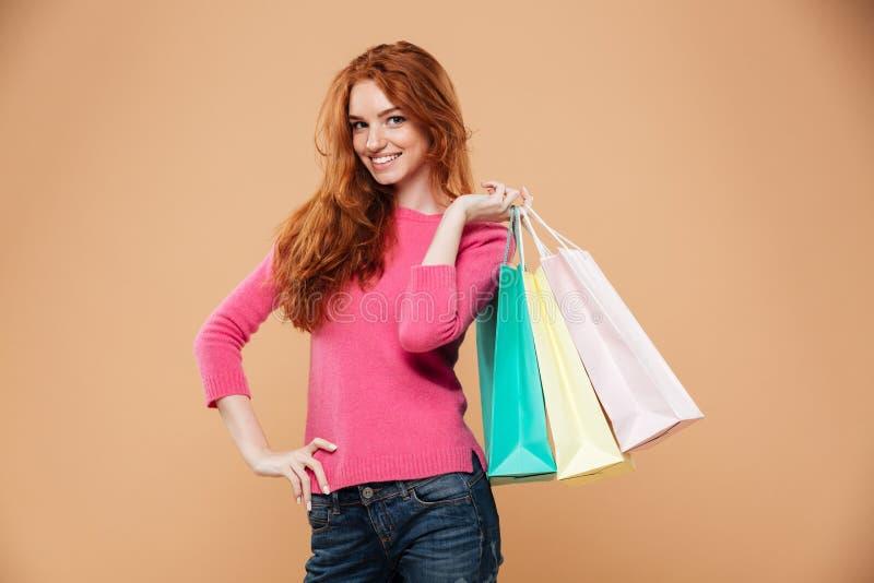 Πορτρέτο ενός ευτυχούς ελκυστικού redhead κοριτσιού στοκ φωτογραφία