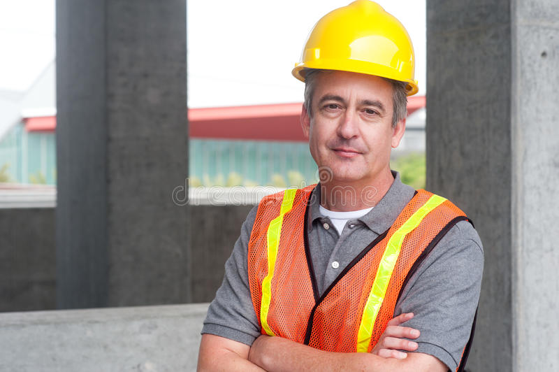 Πορτρέτο ενός ευτυχούς εργάτη οικοδομών στοκ εικόνα