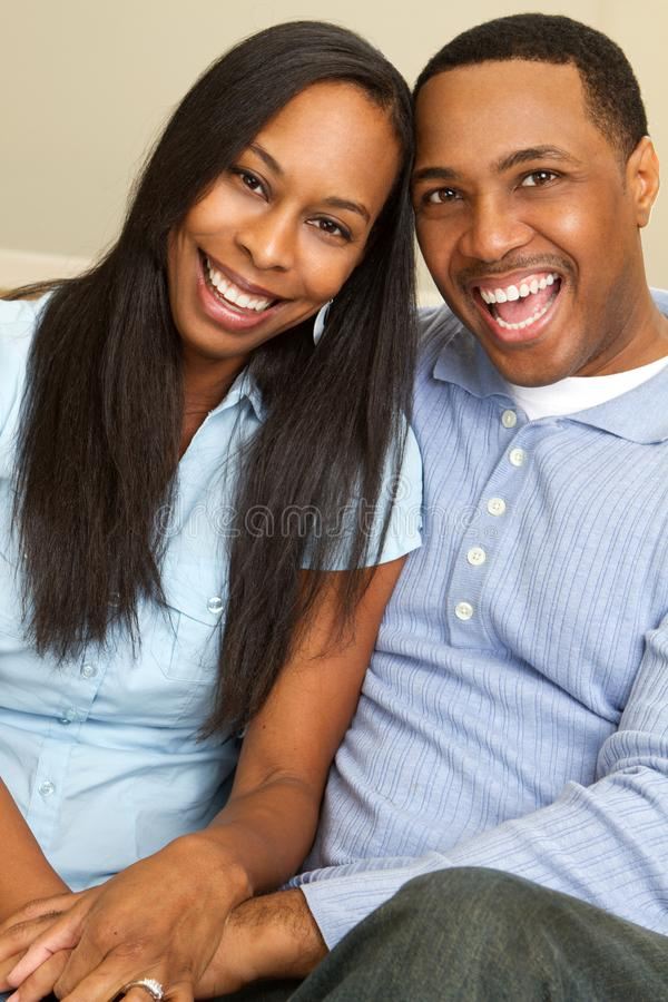 Πορτρέτο ενός ευτυχούς ζεύγους αφροαμερικάνων που χαμογελά και που αγκαλιάζει στοκ φωτογραφίες