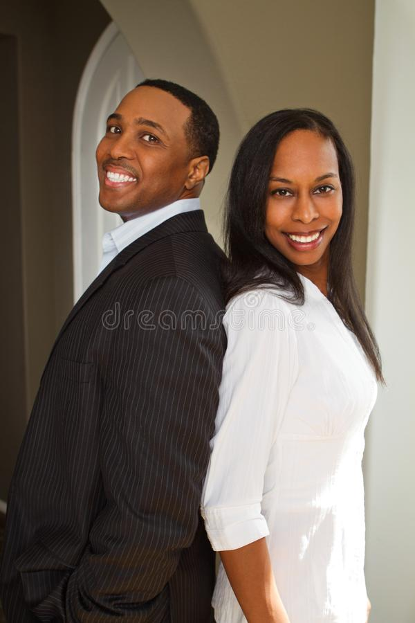 Πορτρέτο ενός ευτυχούς ζεύγους αφροαμερικάνων που χαμογελά και που αγκαλιάζει στοκ εικόνες