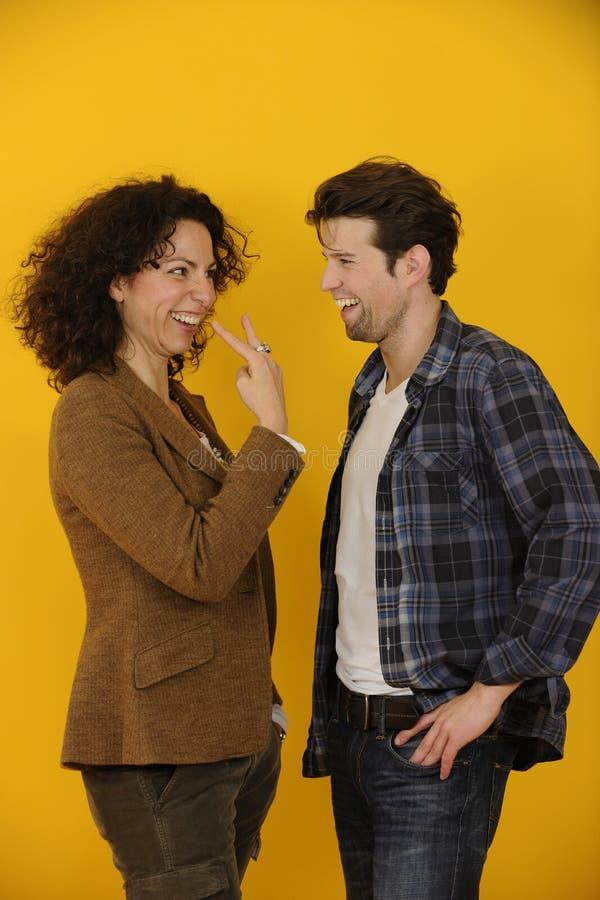 Πορτρέτο ενός ευτυχούς ζεύγους στο κίτρινο υπόβαθρο στοκ φωτογραφίες