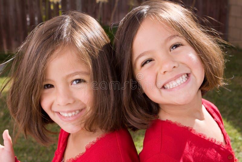 Πορτρέτο ενός ευτυχούς ισπανικού χαμόγελου μικρών κοριτσιών στοκ φωτογραφία