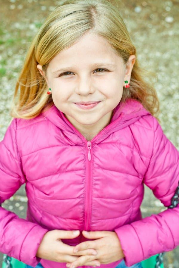 Πορτρέτο ενός ευτυχούς κοριτσιού liitle στοκ φωτογραφία