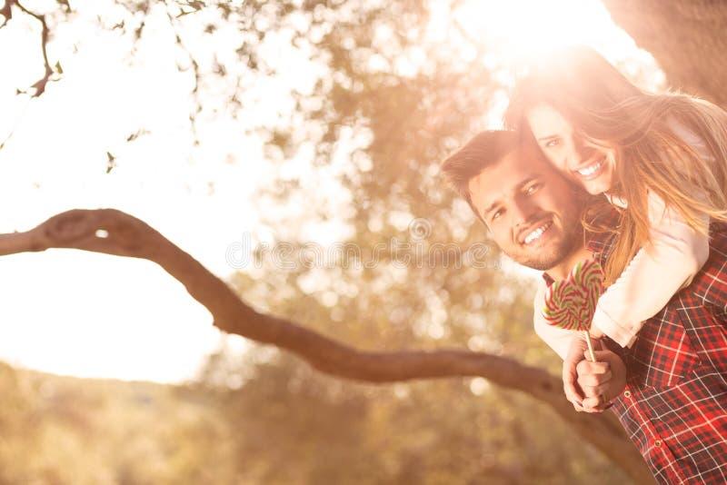 Πορτρέτο ενός ευτυχούς νέου ζεύγους στη φύση που αγκαλιάζεται από κοινού στοκ φωτογραφίες με δικαίωμα ελεύθερης χρήσης