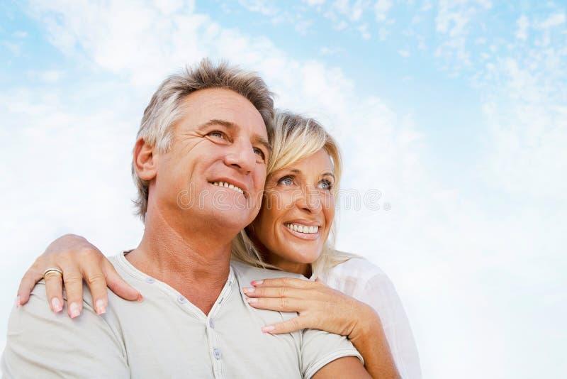 Πορτρέτο ενός ευτυχούς ρομαντικού ζεύγους στοκ φωτογραφίες
