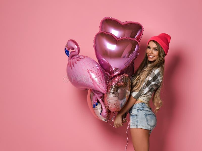 Πορτρέτο ενός ευτυχούς χαμογελώντας κοριτσιού σε ένα μοντέρνο γοητευτικό φόρεμα με τα τσέκια σε ένα κόμμα μόδας στοκ φωτογραφία
