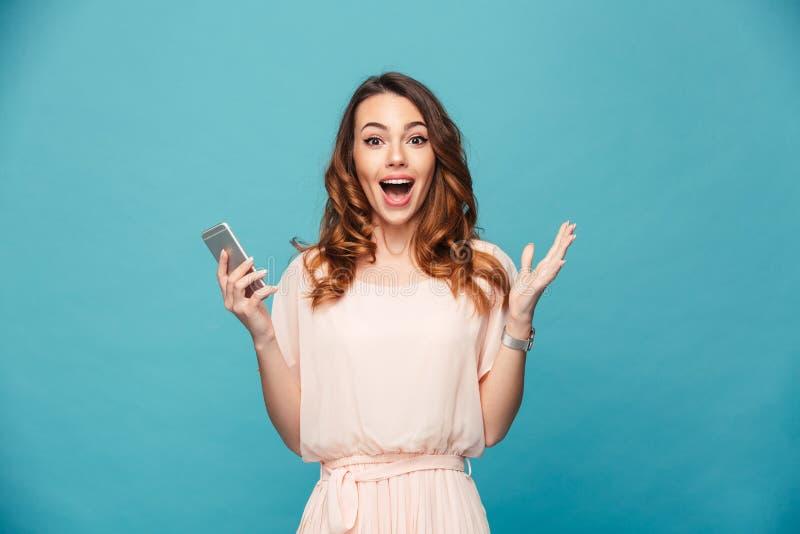Πορτρέτο ενός ευτυχούς όμορφου κοριτσιού που φορά το φόρεμα στοκ εικόνα με δικαίωμα ελεύθερης χρήσης