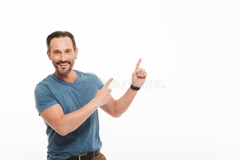 Πορτρέτο ενός ευτυχούς ώριμου ατόμου που ντύνεται στην μπλούζα στοκ εικόνες με δικαίωμα ελεύθερης χρήσης