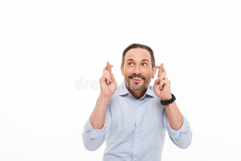 Πορτρέτο ενός ευτυχούς ώριμου ατόμου που ντύνεται στην μπλούζα στοκ εικόνες