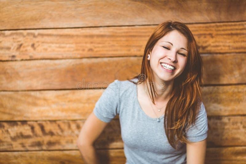 Πορτρέτο ενός εύθυμου αρκετά redhead γέλιου στοκ εικόνα με δικαίωμα ελεύθερης χρήσης