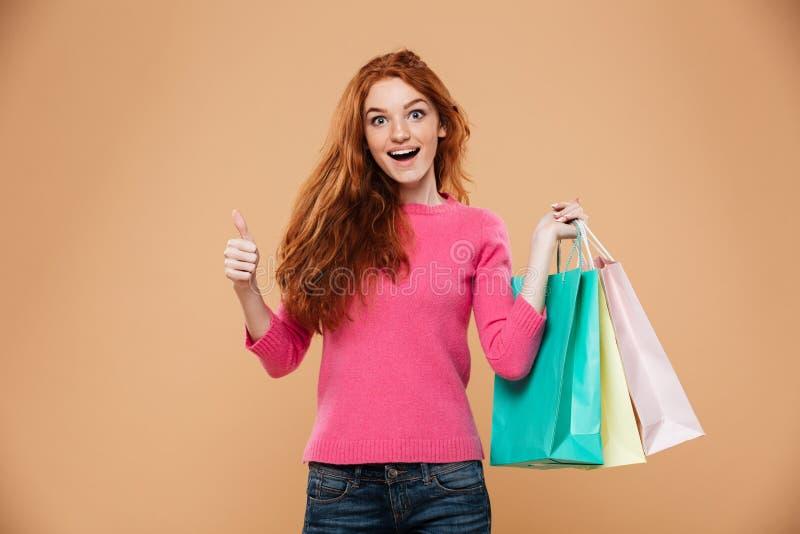 Πορτρέτο ενός εύθυμου ελκυστικού redhead κοριτσιού στοκ φωτογραφίες