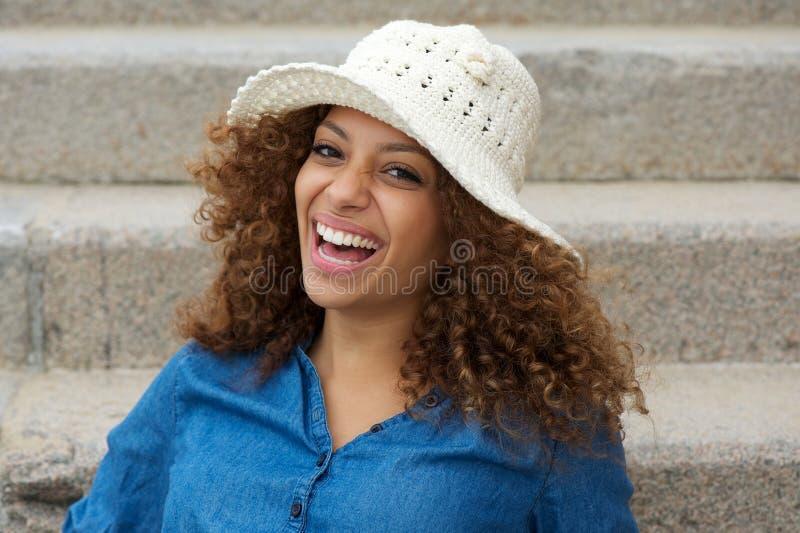 Πορτρέτο ενός εύθυμου νέου γυναικείου γέλιου στοκ φωτογραφία